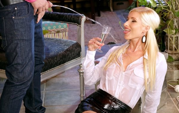 Tainste - Vanessa - Give That Sexy Smoker Some Piss Champagne [FullHD 1080p]