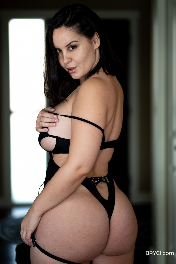 Bryci posa muy sensual en lencería negra