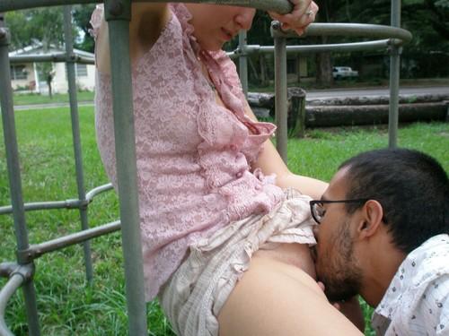 Гифки чулки девушки лижутся на улице соски сексе