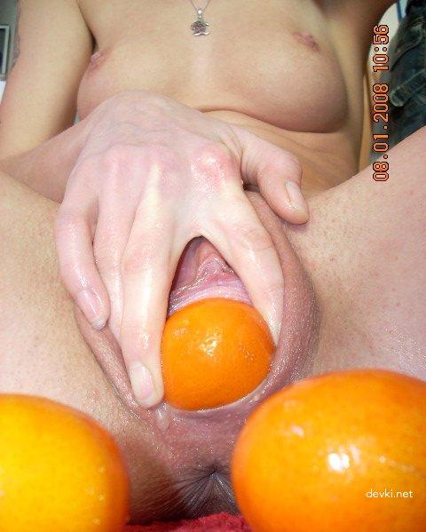 devke-zasovivayut-v-kisku-apelsin-telki-v-krasivom-bikini