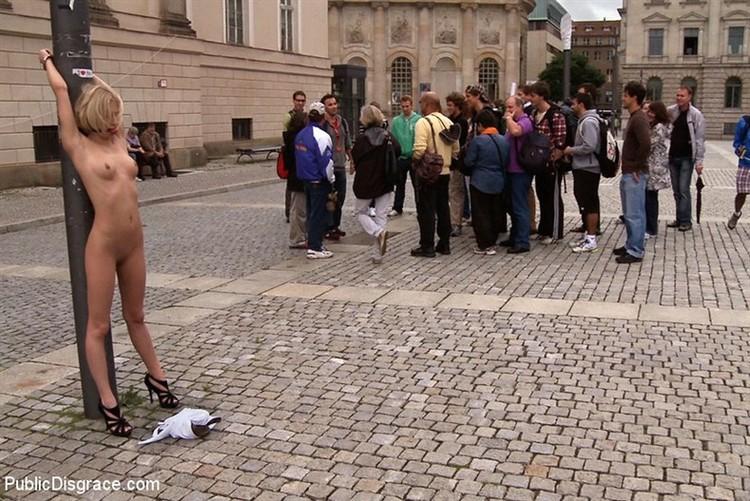 всем телом голая на улице фото бдсм была это