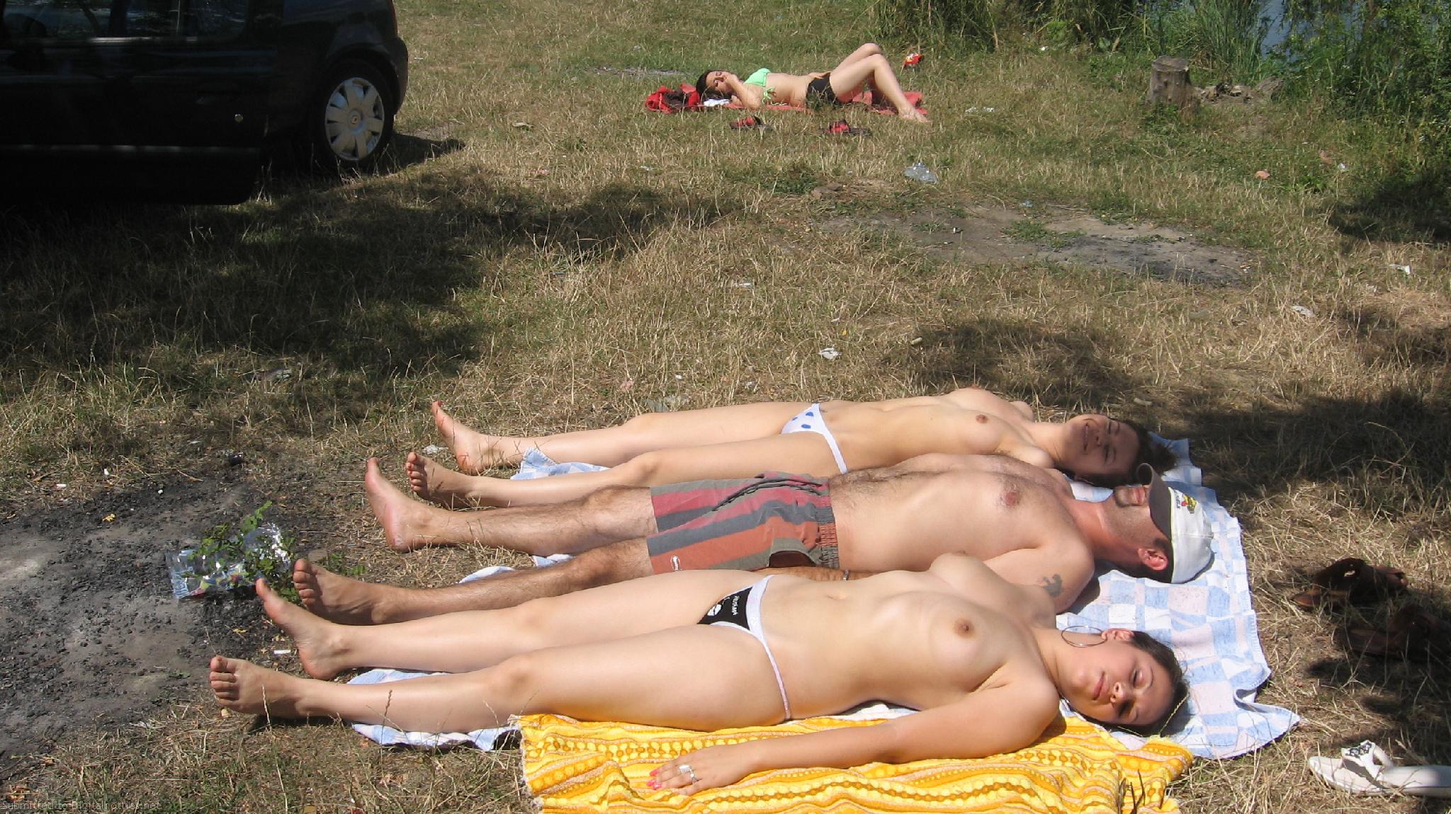 Пьяные девки на берегу озера