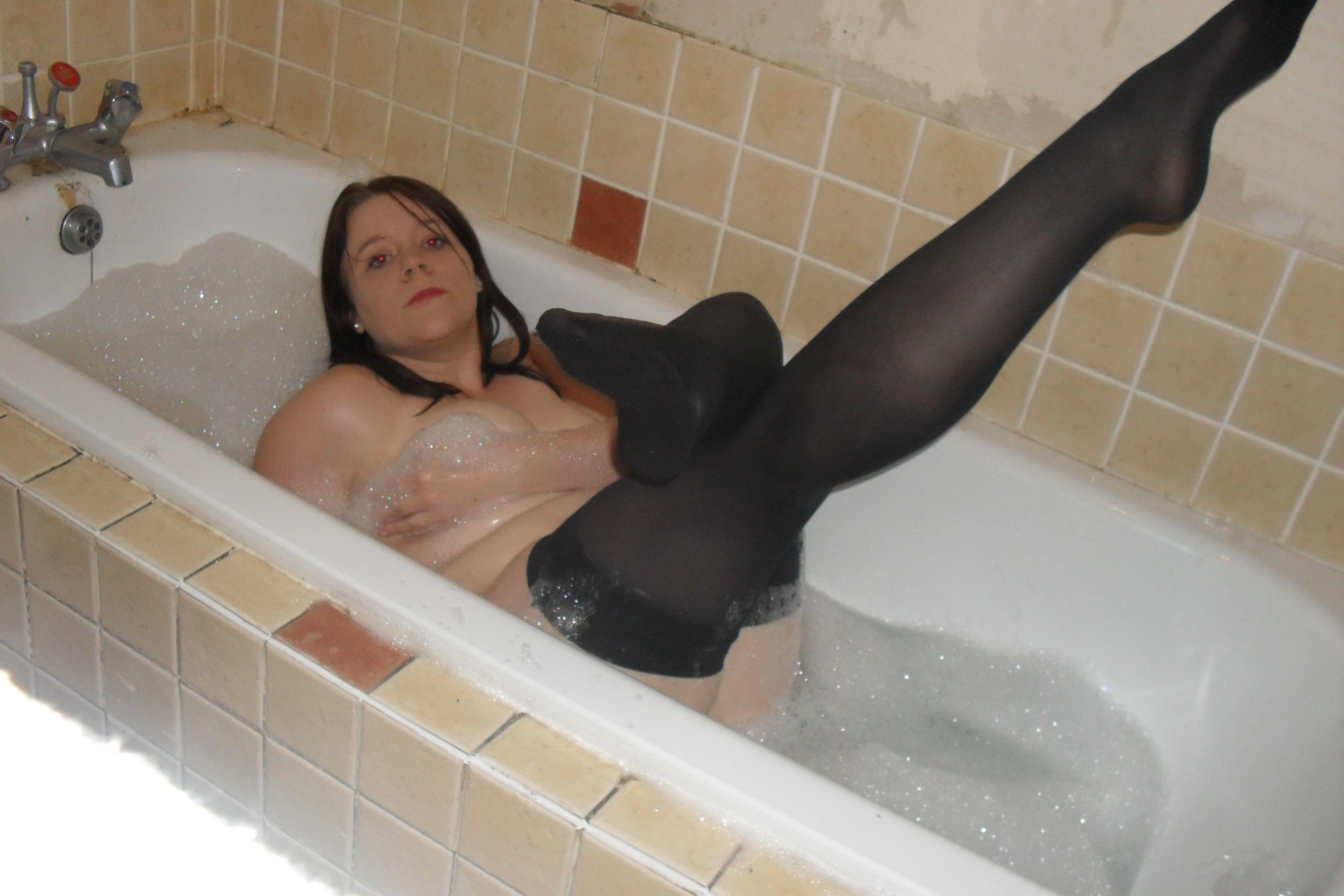 Толстушки в ванне, порно лижет грузинки под столом