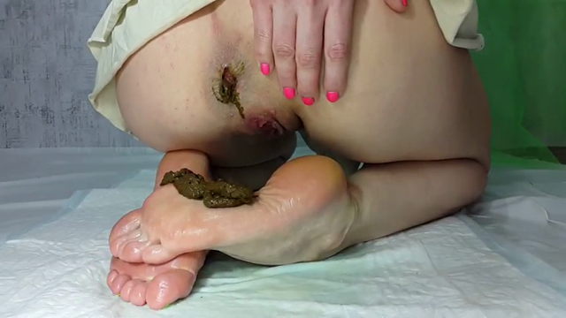 Anna_Coprofield - My feet receive a portion of shit. Part 1 of 2