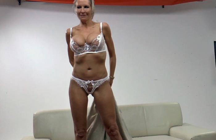 Nacktes Mädchen hält einen Schwanz Sperma in pussy Porno