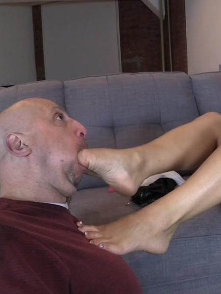 Makes Mr Puckerman her Foot Bitch